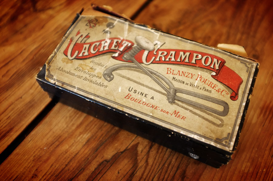 Found vintage items : Cachet crampons www.mr-cup.com/shop.html